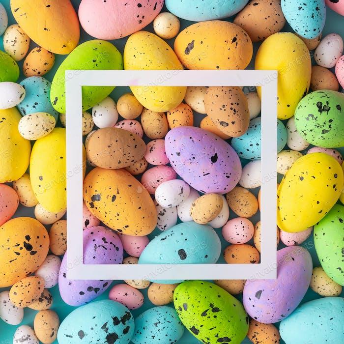 Ostern Komposition mit bunten Eiern gemacht. Kreatives Urlaubskonzept.