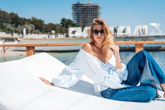 schöne Frau auf einem Strandbett