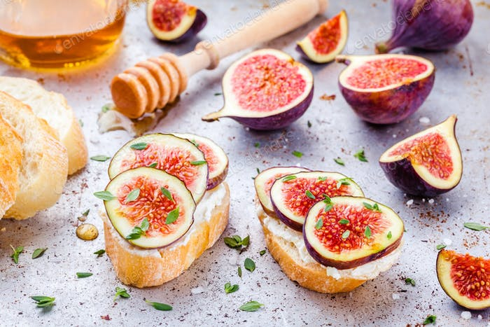 bruschetta with fresh figs, honey and thyme