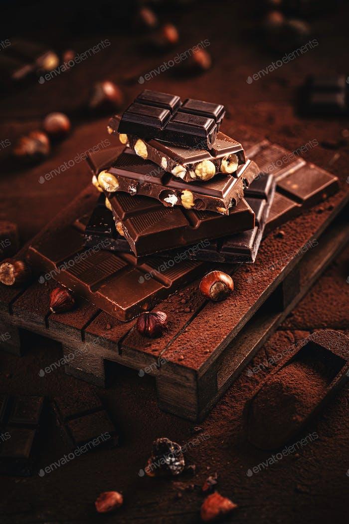 Schokoladenstücke mit Haselnuss