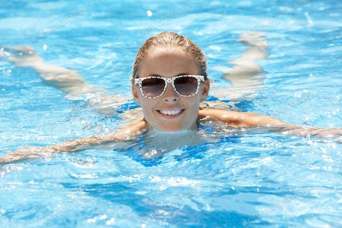 Frau Schwimmen im Pool