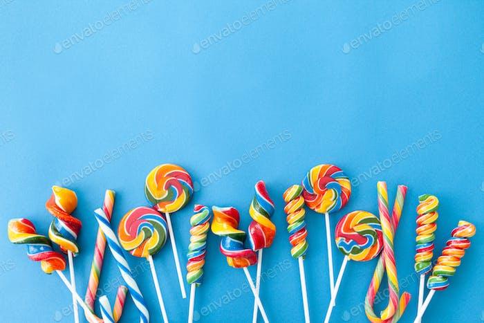 Bunte Süßigkeiten und Lutscher