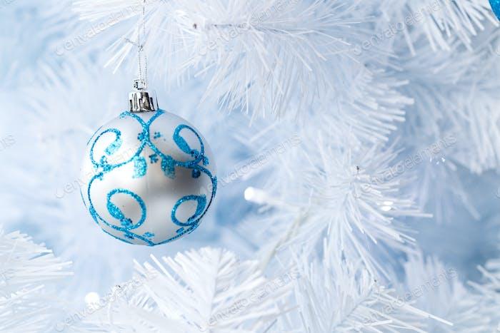 Weihnachtsbaumschmuck hängend an einem Weihnachtsbaum