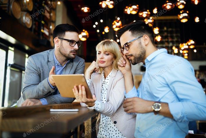 Корпоративный командный бизнес коллег в современном офисе