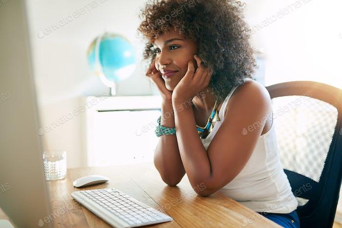 Intensive junge Geschäftsfrau studieren einen Bericht
