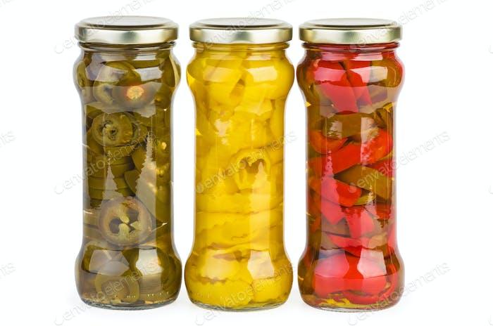 Gläser mit marinierten roten, gelben und grünen Pfefferscheiben