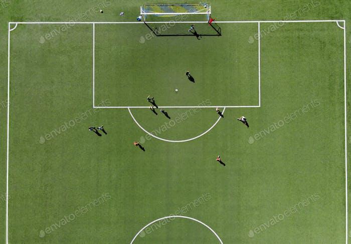 Fußballspieler auf einem grünen Sportplatz