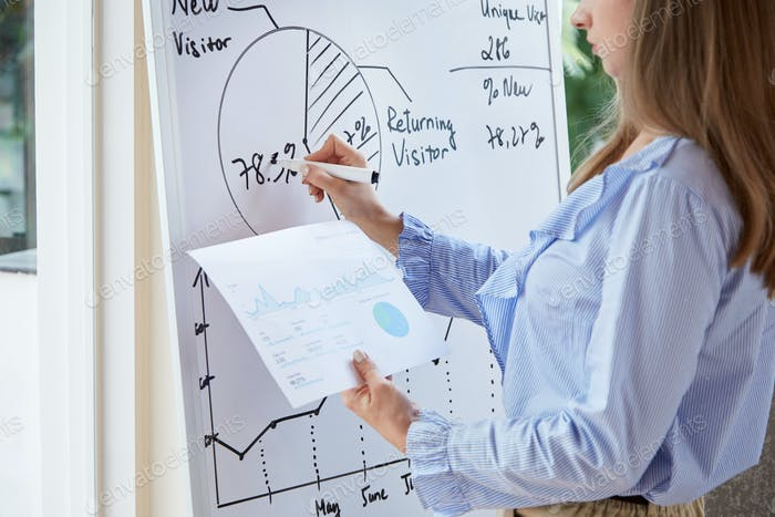 Mujer de negocios copiando diagrama del informe impreso