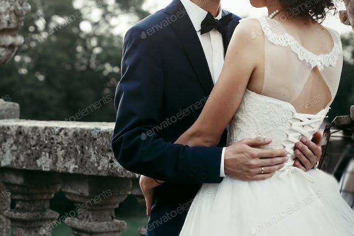 elegante Braut und Bräutigam sanft umarmt