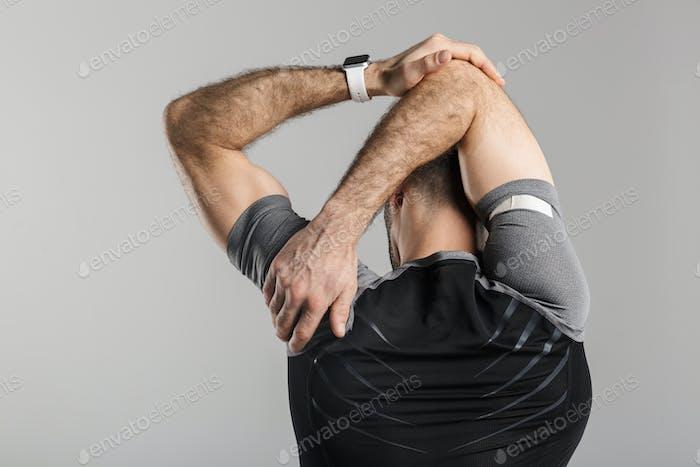 Bild von der Rückseite des athletischen Menschen tun Übung während des Trainings
