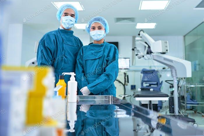 Cirujano y enfermero
