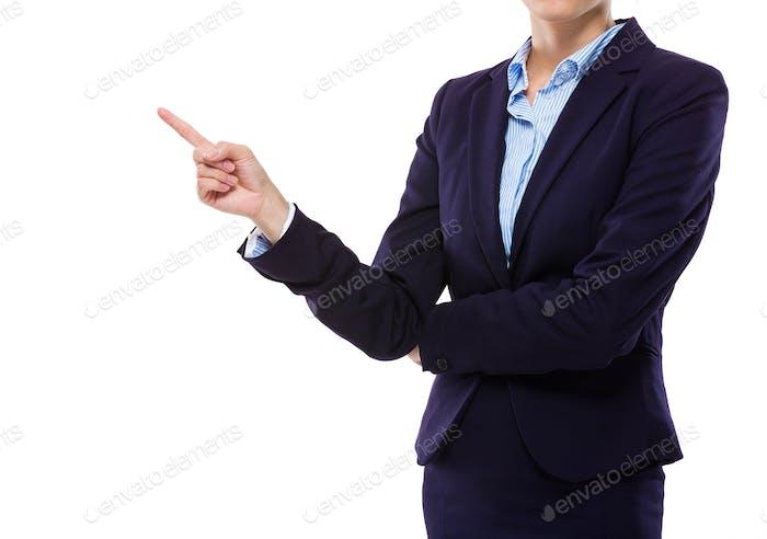 Mujer de negocios con el dedo a un lado
