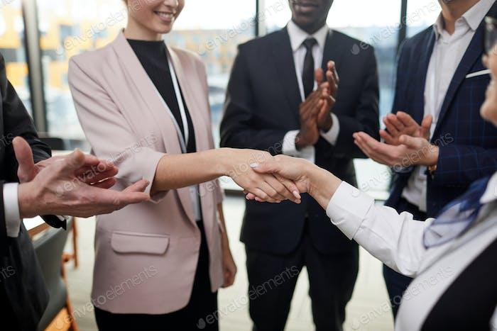 Gente de negocios felicitando a su colega