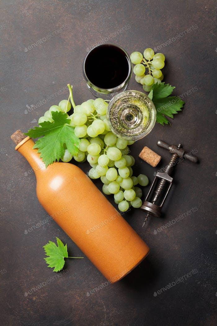 Weingläser, Flasche und Trauben