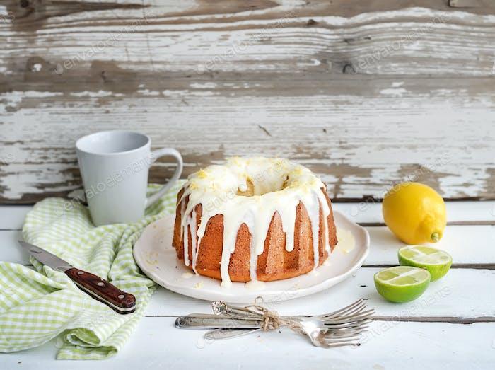 Pastel de yogur húmedo de lima y limón, Fondo blanco rústico de De madera.
