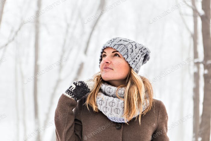 Hübsche Frau in einem Winterpark