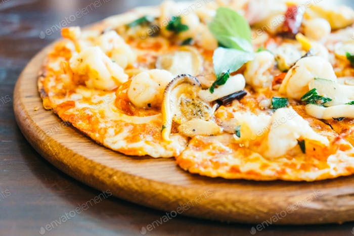 Spicy seafood pizza