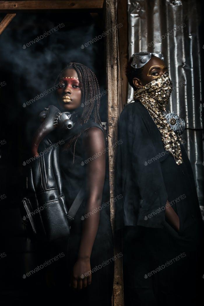 Foto von zwei Frauen stehen in Rauch auf Gesichtsmasken
