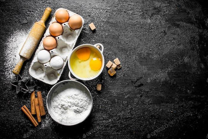 Mehl mit Eiern, Zimt und Zuckerstücken.