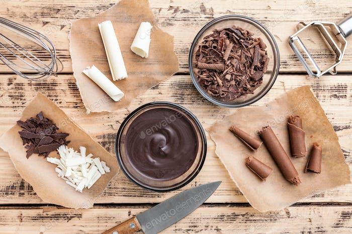 Köstliche Schokoladenwirbel auf Holzhintergrund