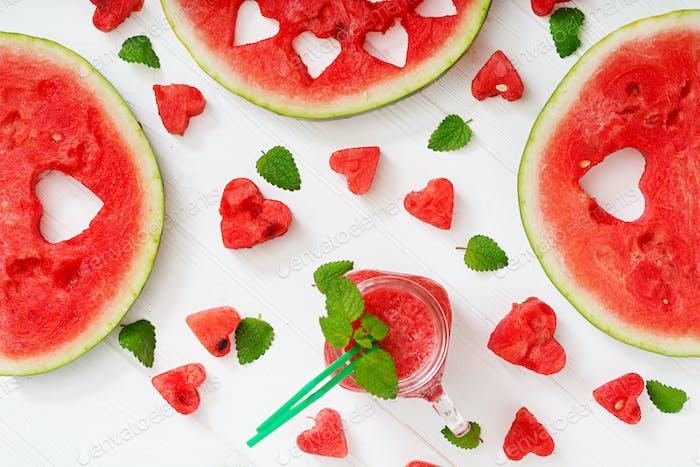 Frische Wassermelonen-Smoothies mit Minze auf weißem Holzhintergrund. Flache Lag. Ansicht von oben