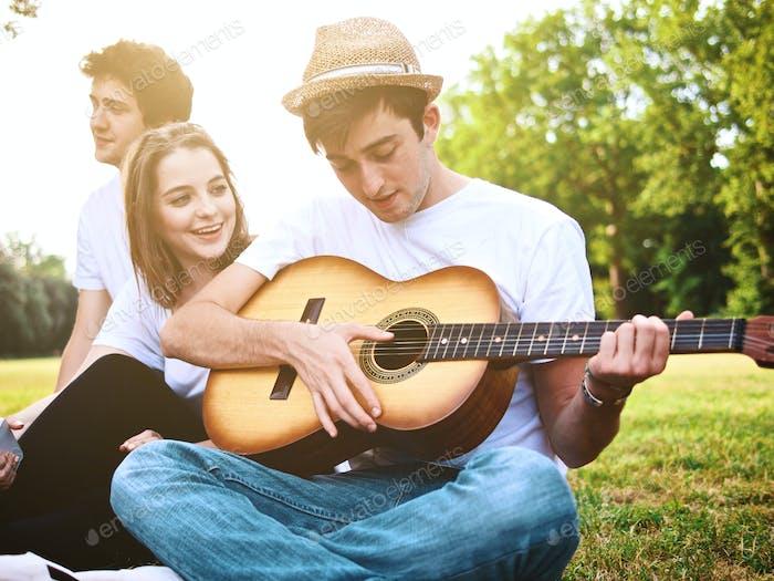 große Gruppe von Studenten, die eine Musik auf einem Campus spielen