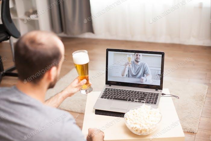 Bier trinken in einem Video anruf
