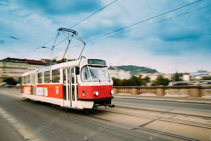 Prag, Tschechische Republik. Public Old Retro Tram Bewegen auf Brücke I