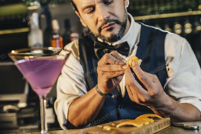 Barman macht Cocktail im Nachtclub