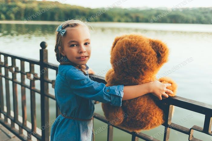 Mädchen umarmen ein niedlicher Teddybär
