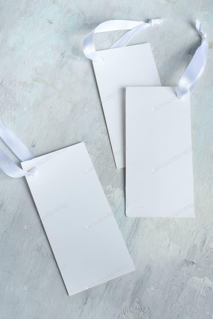 Mockup leere Einladung weiße Karten mit Bändern