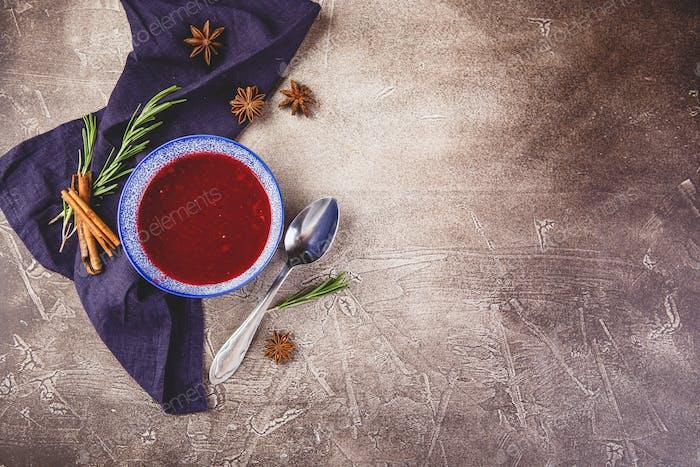 Salsa de manzana de arándano fresco en un tazón azul