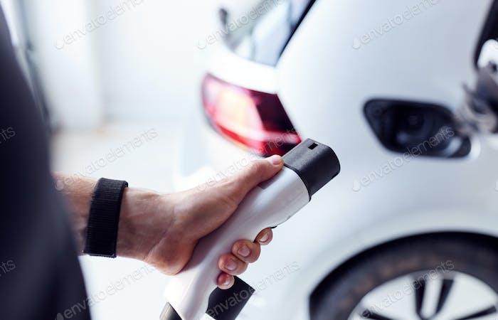Nahaufnahme der Hand Anbringen von Stromkabel zu umweltfreundlichem Zero-Emission Elektroauto