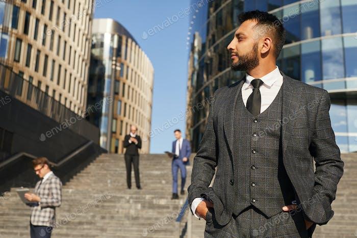 Элегантный бизнесмен в городе