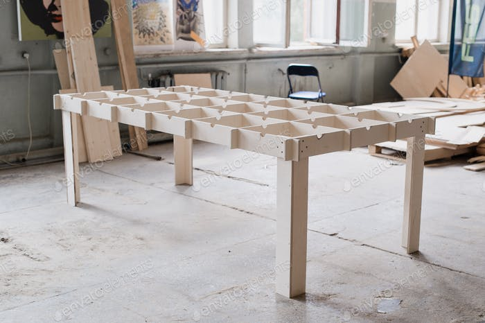Tischherstellung in der Holzwerkstatt.