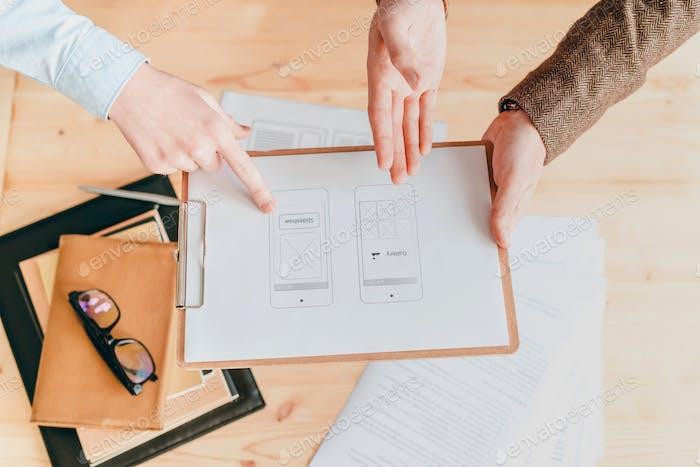 Übersicht über Papier mit Programmanwendung, die von Designern diskutiert wird