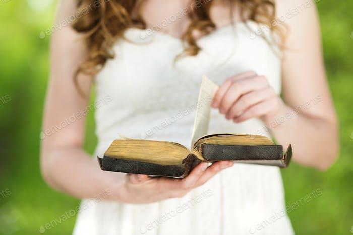 Schöne Frau mit Buch
