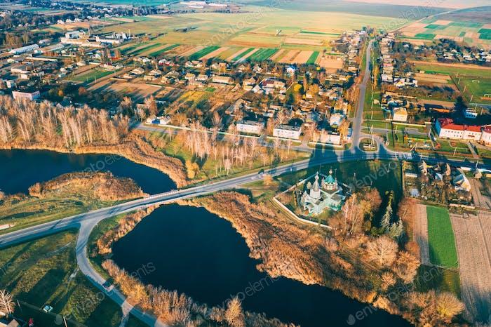 Krupets, Dobrush District, Gomel Region, Weißrussland. Luftaufnahme von alten hölzernen orthodoxen kirche der