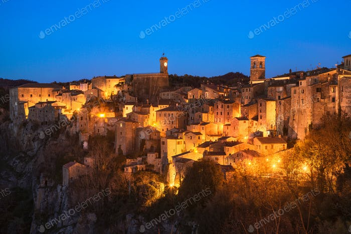 Toskana, Sorano mittelalterliches Dorf blaue Stunde Sonnenuntergang Panorama. Ital