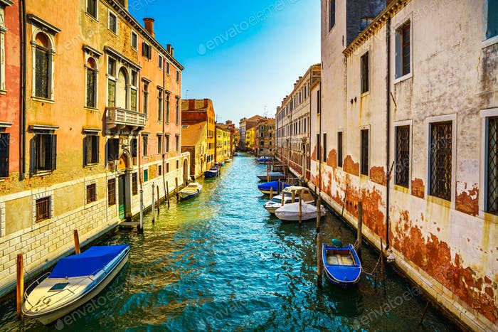 Stadtbild von Venedig, Wasserkanal, Brücke und traditionelle Altbauten