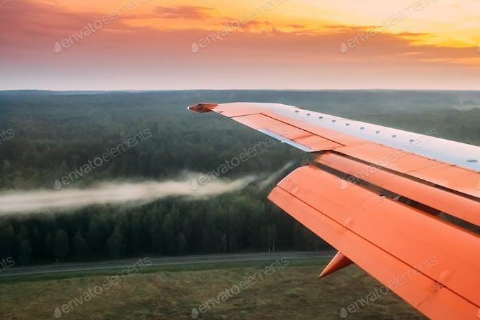 Minsk, Bielorrusia. Tiro de aire en alas de Avión durante el aterrizaje, R