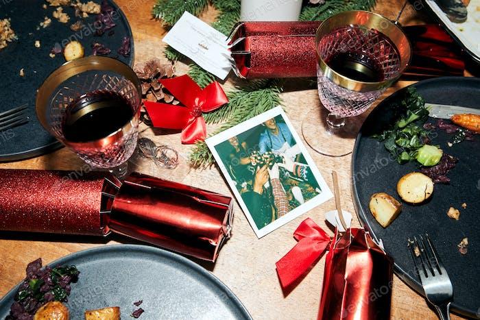 Messy Tisch mit übrig gebliebenem vegetarischem Essen nach Weihnachten Mittagessen mit Instant-Filmdruck