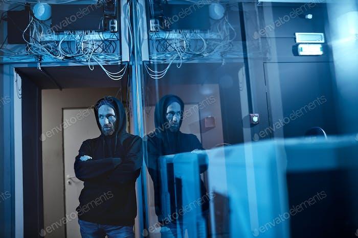 Hacker machen ein Verbrechen im Büro
