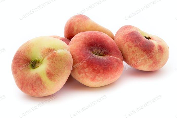 Pfirsich. Frucht mit isolierten auf weißem Hintergrund.