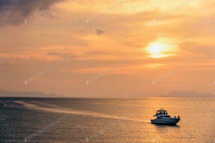 Lancha rápida que regresa durante la puesta de sol
