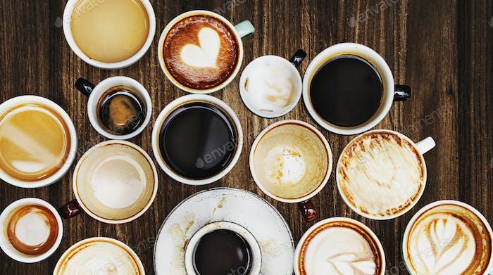 Verschiedene Kaffeetassen auf einem Holztisch