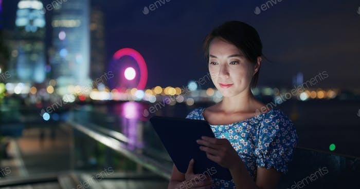 Frau Verwendung von Tablet-Computer in der Nacht