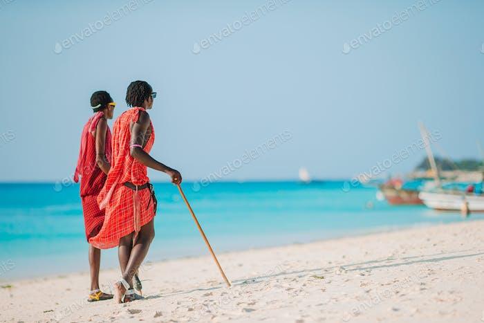 Masai Stammesmitglied steht in der Nähe des Ozeans in Sansibar 11 Februar 2016