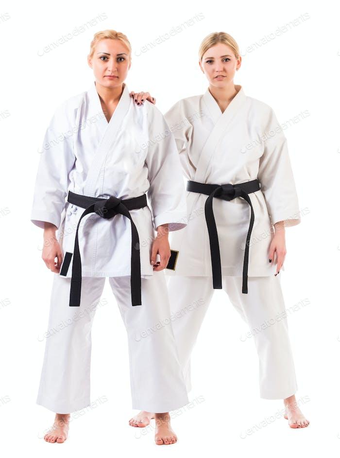 Mädchen Athleten in Karate Kimono mit schwarzen Gürtel
