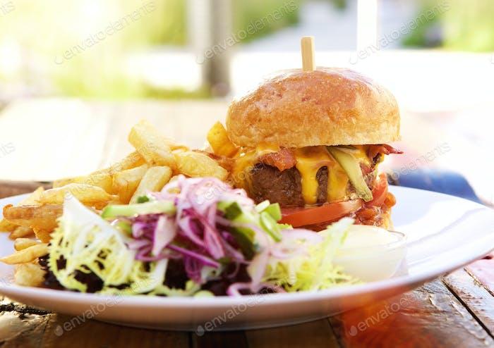 Hamburger und Pommes frites